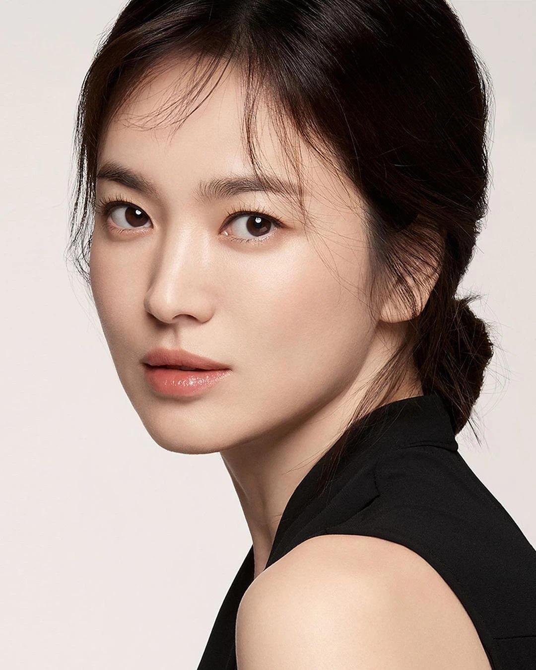 """Nhìn Song Hye Kyo makeup nhạt đã quen, nhưng nếu nhìn cô """"biến hình"""" makeup đậm qua ảnh của fan thì bạn sẽ ngỡ ngàng - Ảnh 2."""