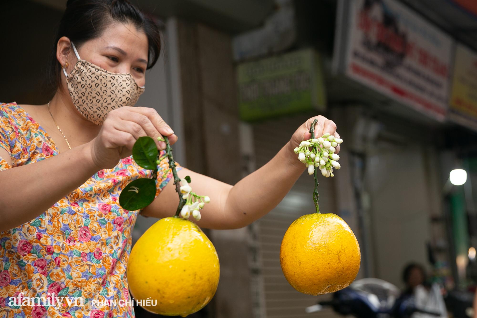 Hàng bưởi Diễn da vàng óng có từng búi hoa tươi trở thành món hàng siêu độc trên chợ nhà giàu Hà Nội, tận 100k/quả, bà chủ thu cả chục triệu mỗi ngày!  - Ảnh 4.