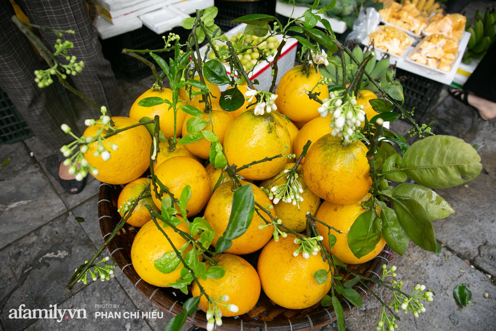 Hàng bưởi Diễn da vàng óng có từng búi hoa tươi trở thành món hàng siêu độc trên chợ nhà giàu Hà Nội, tận 100k/quả, bà chủ thu cả chục triệu mỗi ngày!  - Ảnh 2.