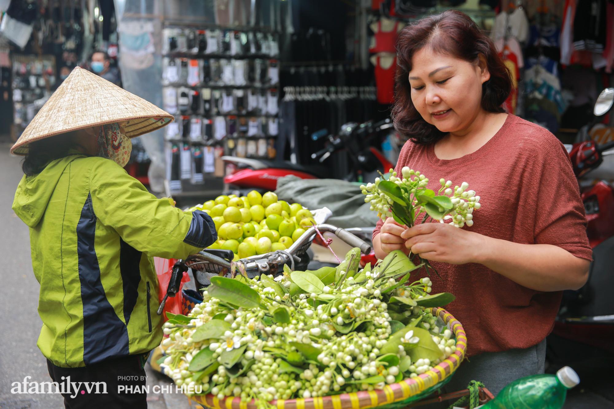 Hàng bưởi Diễn da vàng óng có từng búi hoa tươi trở thành món hàng siêu độc trên chợ nhà giàu Hà Nội, tận 100k/quả, bà chủ thu cả chục triệu mỗi ngày!  - Ảnh 9.