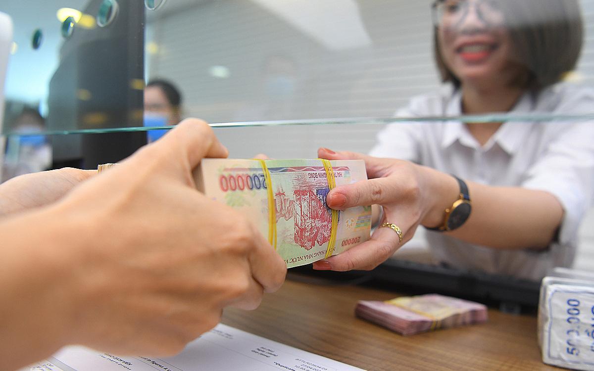 Có 50 triệu đồng nên gửi tiết kiệm hay đầu tư?