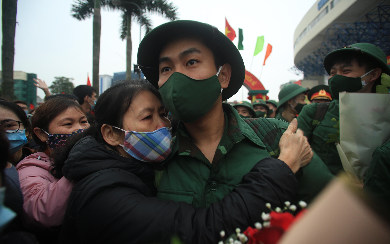Ảnh: Mẹ rưng rưng nước mắt dặn dò và cái ôm vội tiễn con lên đường nhập ngũ