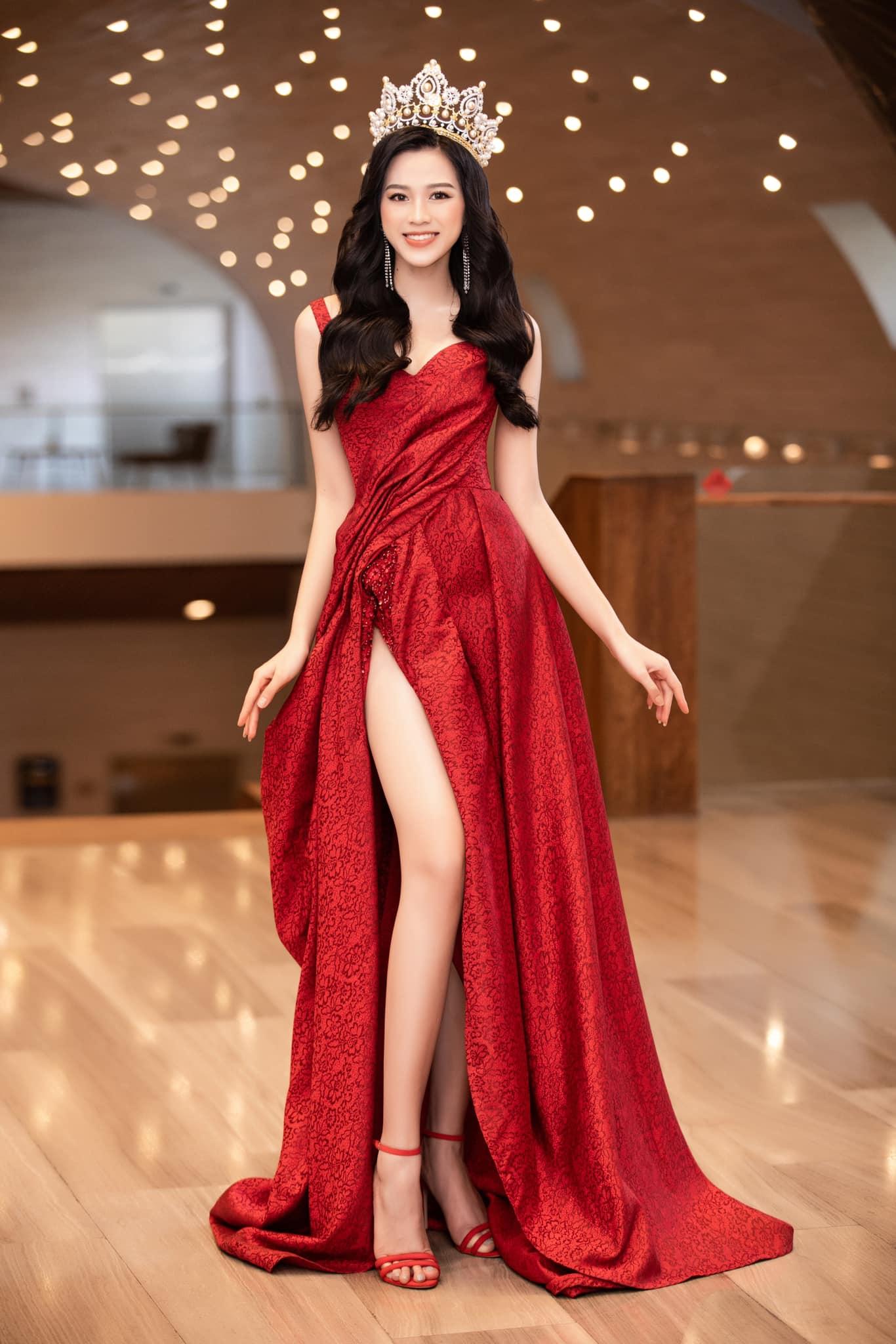 HH Đỗ Thị Hà luôn khoe đôi chân dài 1m11 và tỷ lệ 1/5 cực phẩm nhờ một kiểu váy đỉnh của chóp - Ảnh 4.