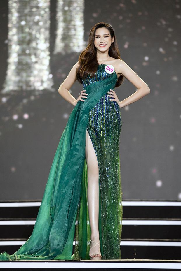 """HH Đỗ Thị Hà luôn khoe đôi chân dài 1m11 và tỷ lệ 1/5 cực phẩm nhờ một kiểu váy """"đỉnh của chóp"""" - Ảnh 1."""