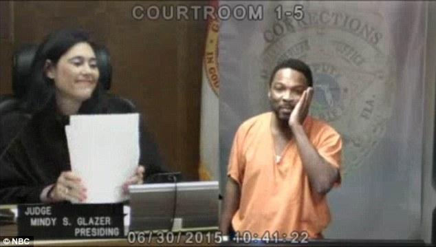 Tên tội phạm vừa bước ra tòa, nữ thẩm phán hỏi một câu khiến đối phương bật khóc và từ đó thay đổi cuộc đời anh mãi mãi - Ảnh 3.