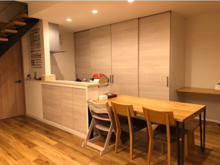 Cách bố trí bàn ăn giúp những căn bếp nhỏ trở nên rộng rãi bất ngờ - Ảnh 3.