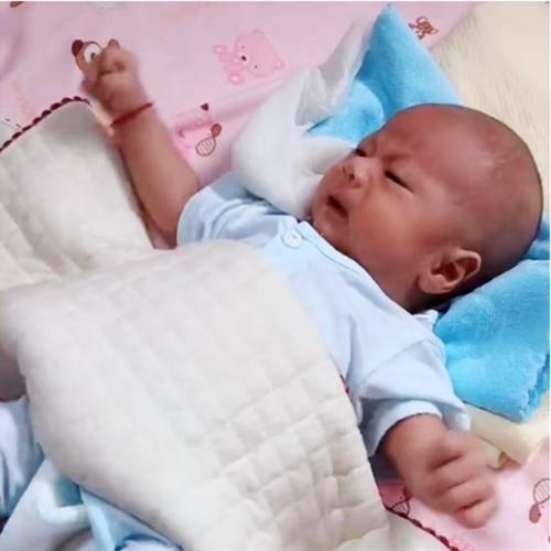 Hai con sinh đôi, bà mẹ cho bé trai ăn sữa công thức và bé gái bú mẹ hoàn toàn, sự khác biệt sau 3 tháng khiến ai nấy choáng váng - Ảnh 2.