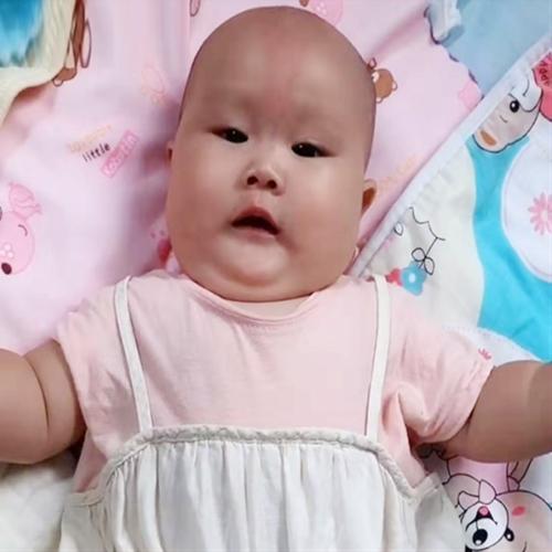 Hai con sinh đôi, bà mẹ cho bé trai ăn sữa công thức và bé gái bú mẹ hoàn toàn, sự khác biệt sau 3 tháng khiến ai nấy choáng váng - Ảnh 1.
