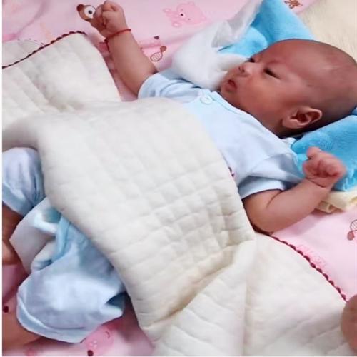 Hai con sinh đôi, bà mẹ cho bé trai ăn sữa công thức và bé gái bú mẹ hoàn toàn, sự khác biệt sau 3 tháng khiến ai nấy choáng váng - Ảnh 3.