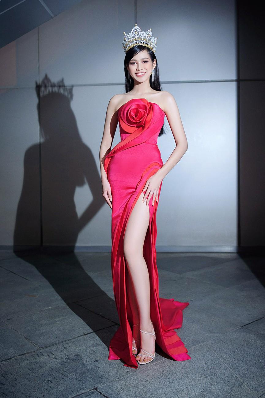 HH Đỗ Thị Hà luôn khoe đôi chân dài 1m11 và tỷ lệ 1/5 cực phẩm nhờ một kiểu váy đỉnh của chóp - Ảnh 5.