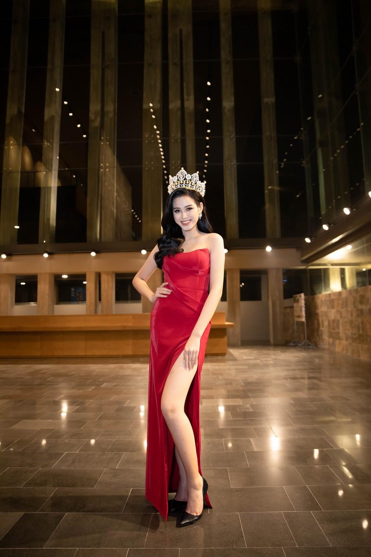 HH Đỗ Thị Hà luôn khoe đôi chân dài 1m11 và tỷ lệ 1/5 cực phẩm nhờ một kiểu váy đỉnh của chóp - Ảnh 7.