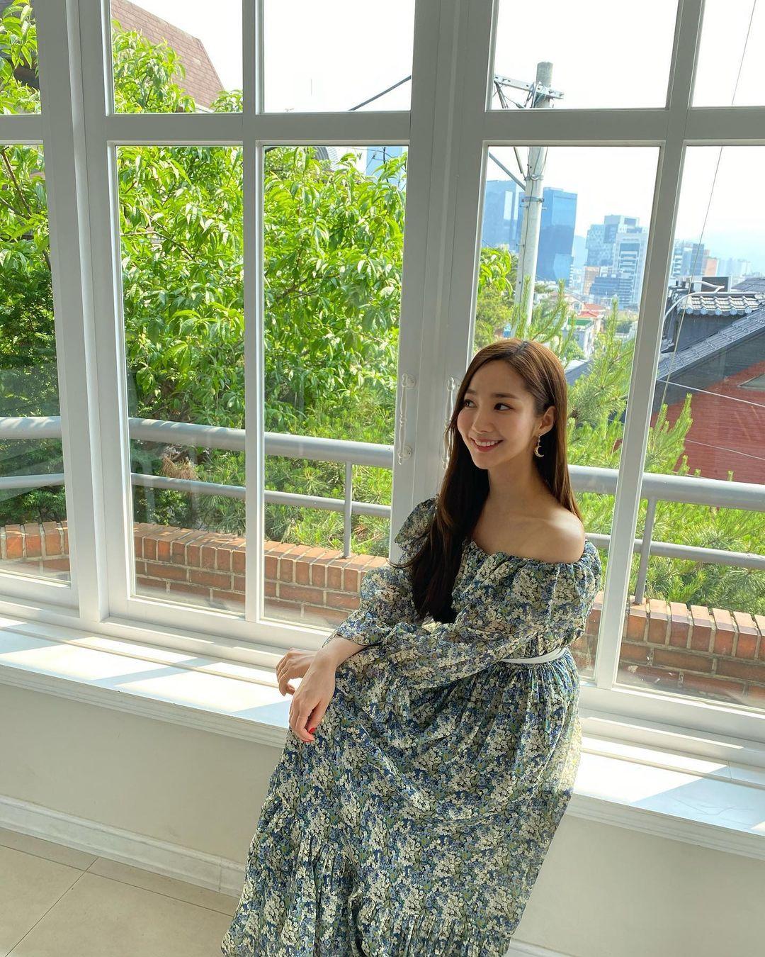 7 món đồ đắt nhất trên Instagram của Park Min Young: Choáng với bộ váy hoa trễ vai nhìn đơn giản mà gần 100 triệu - Mix & Phối 13