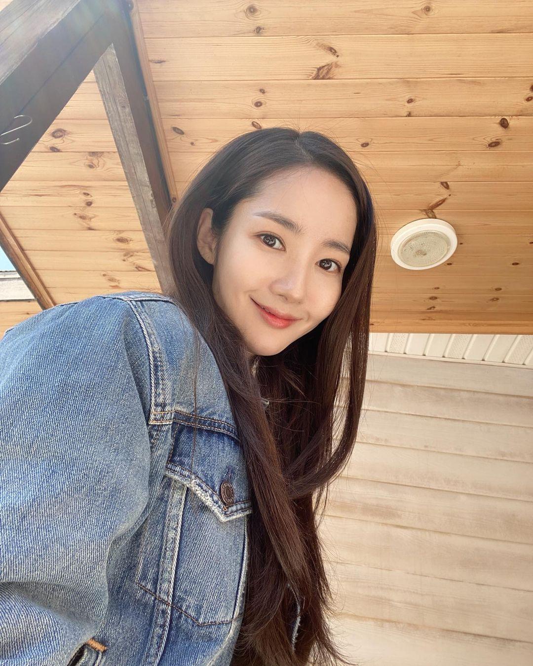 7 món đồ đắt nhất trên Instagram của Park Min Young: Choáng với bộ váy hoa trễ vai nhìn đơn giản mà gần 100 triệu - Mix & Phối 11