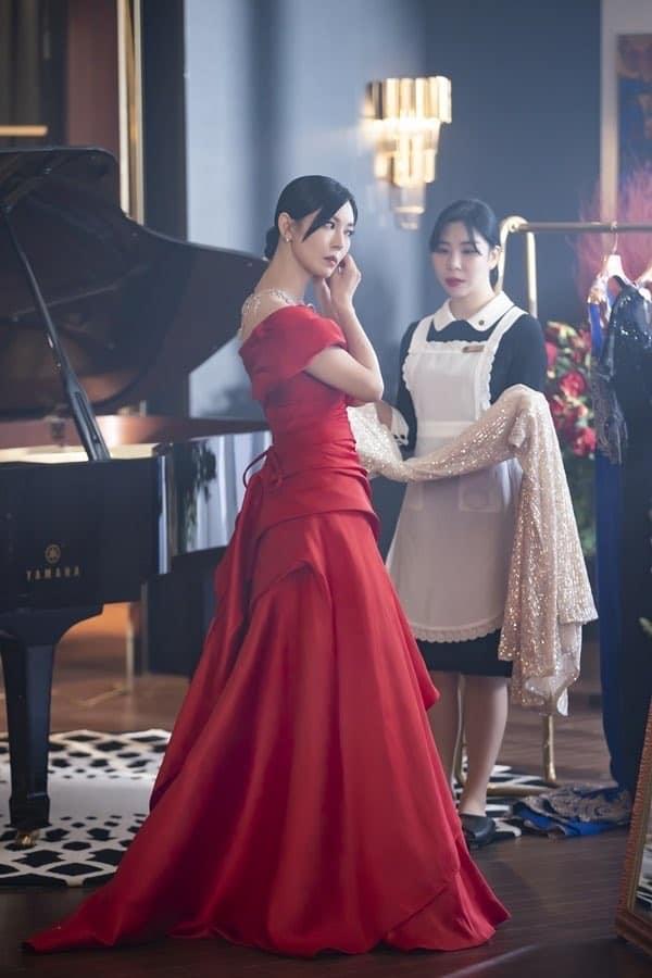 Cuộc chiến thượng lưu hé lộ phần 2: Seo Jin lộ diện váy đỏ sang chảnh, mặt vẫn ác như xưa - Ảnh 3.