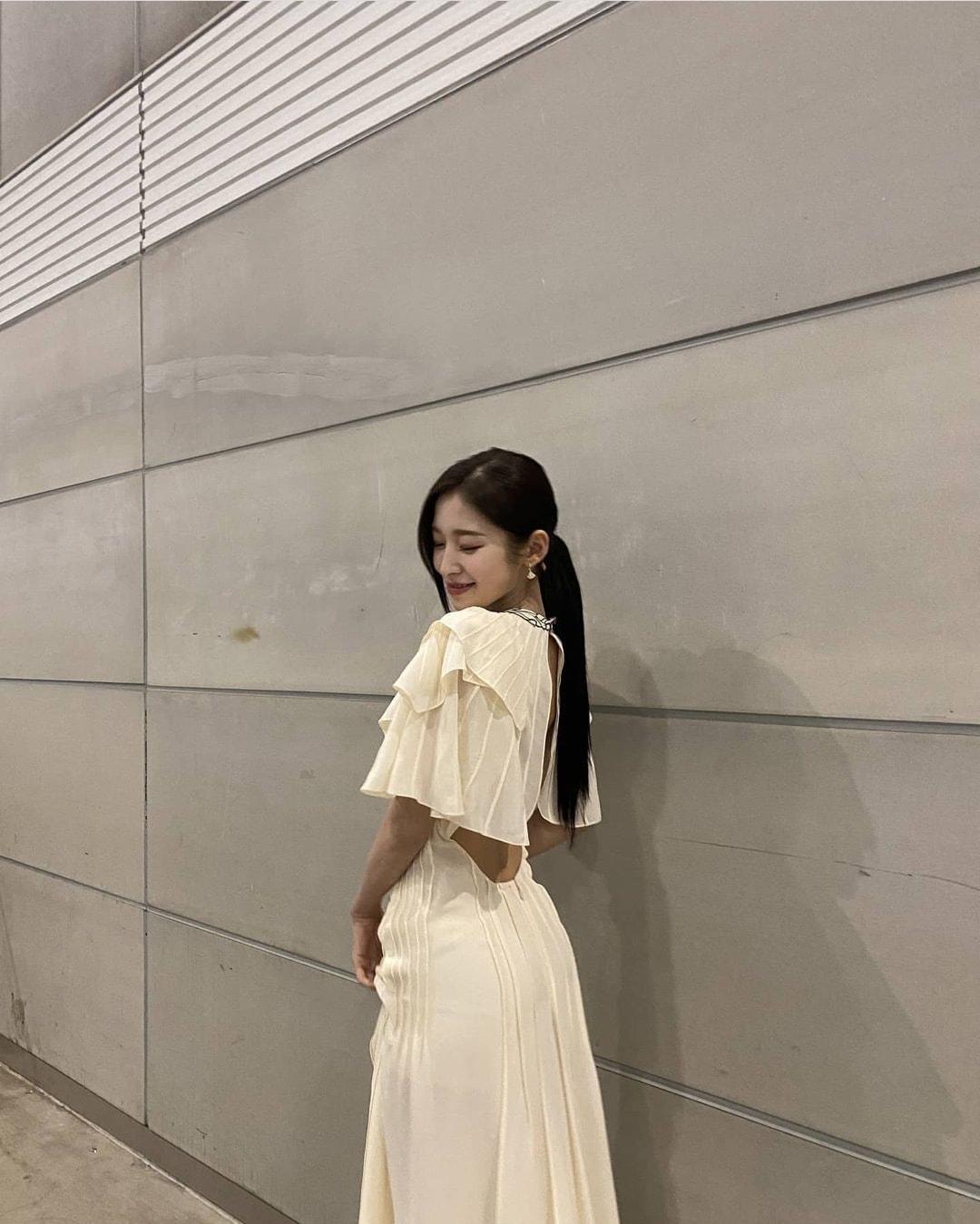 Cùng kiểu váy cùng cách lên đồ nhưng Park Min Young vẫn lấn lướt hơn hẳn Arin (Oh My Girl) với thần thái của một diễn viên  - Ảnh 6.
