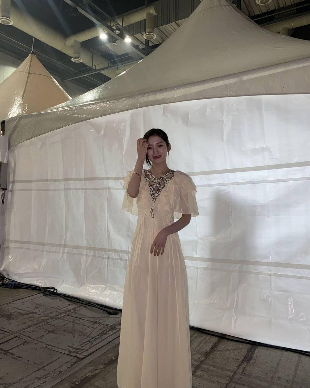 Cùng kiểu váy cùng cách lên đồ nhưng Park Min Young vẫn lấn lướt hơn hẳn Arin (Oh My Girl) với thần thái của một diễn viên  - Ảnh 7.