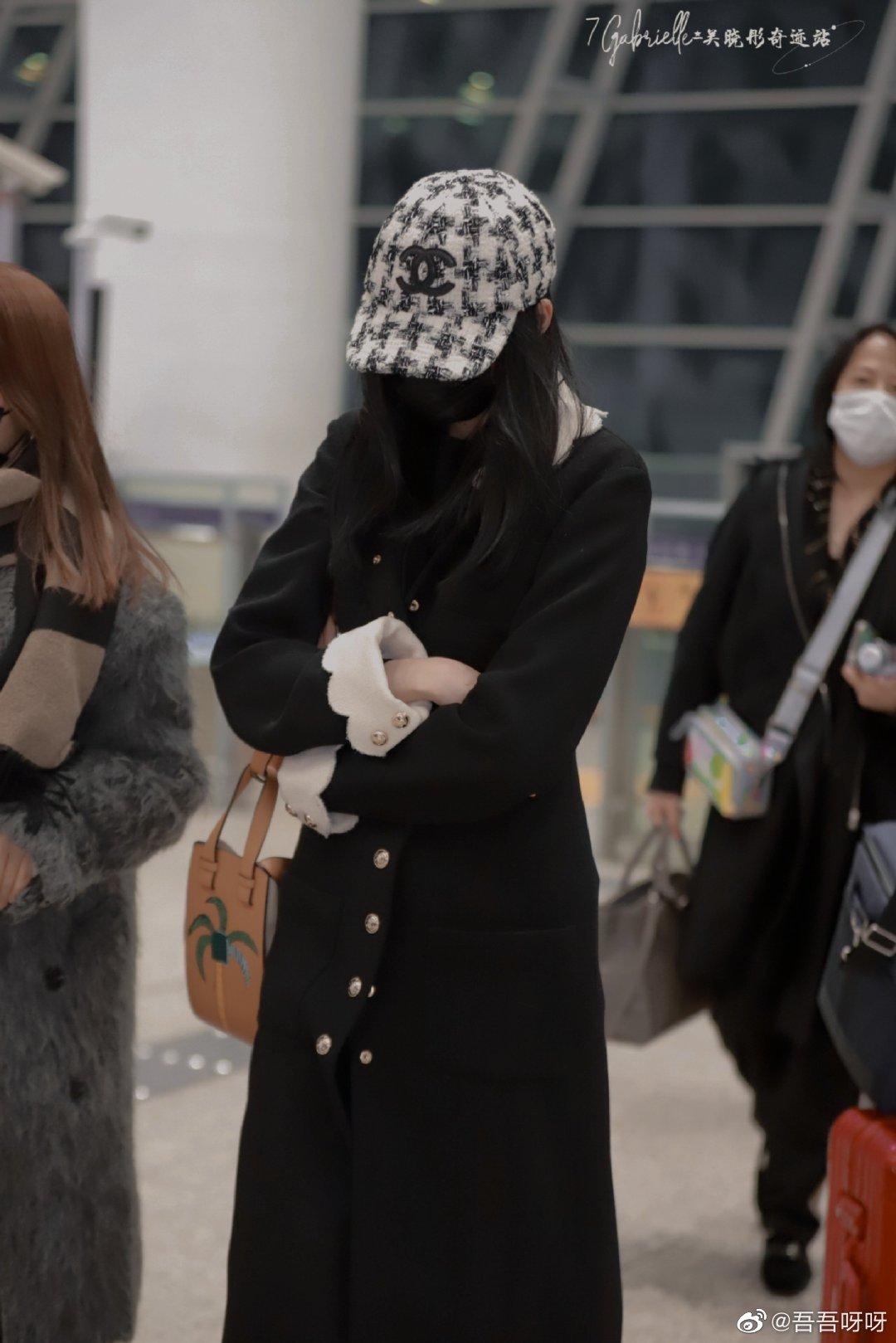 """Lấn át cả Jennie, Tống Thiến về độ """"bạo chi"""" Quan Hiểu Đồng chẳng ngại diện hẳn áo Chanel 200 triệu ra sân bay - Ảnh 2."""