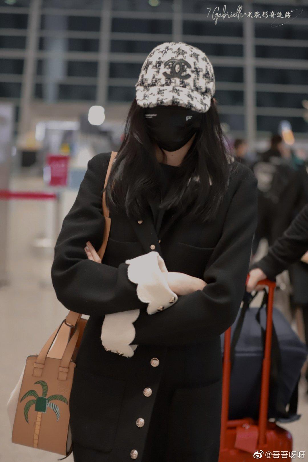 """Lấn át cả Jennie, Tống Thiến về độ """"bạo chi"""" Quan Hiểu Đồng chẳng ngại diện hẳn áo Chanel 200 triệu ra sân bay - Ảnh 1."""
