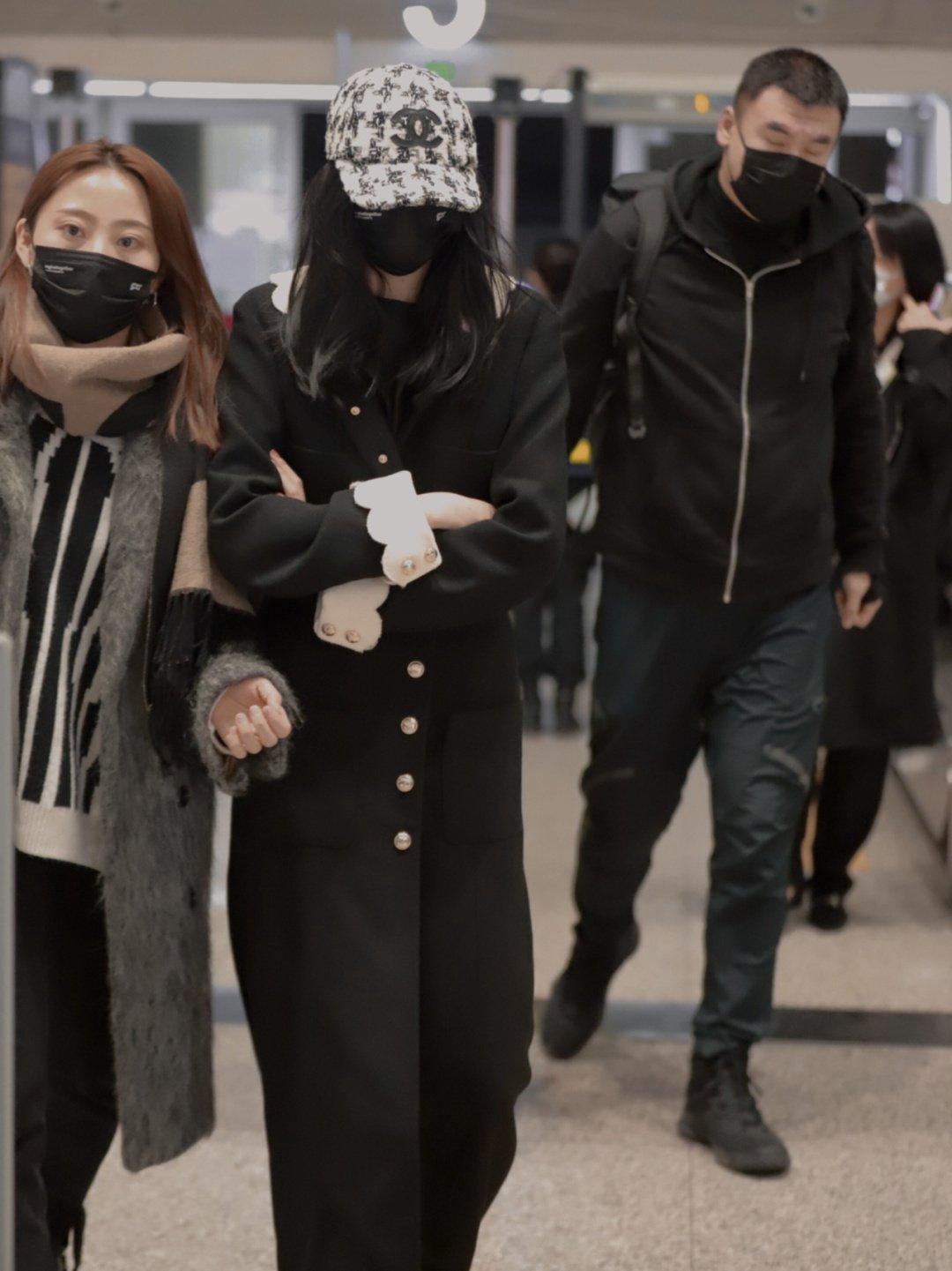 """Lấn át cả Jennie, Tống Thiến về độ """"bạo chi"""" Quan Hiểu Đồng chẳng ngại diện hẳn áo Chanel 200 triệu ra sân bay - Ảnh 7."""