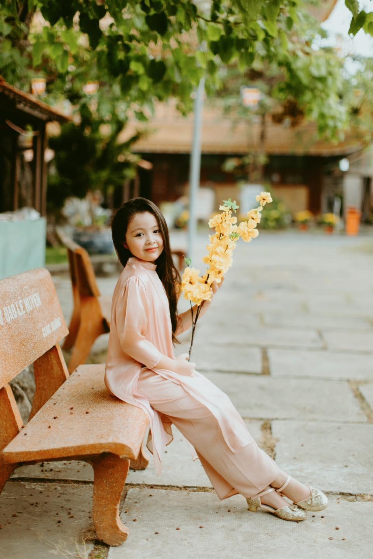 Con gái rượu của Elly Trần diện áo dài đón Xuân về: Mới đấy mà đã lớn bổng, xinh như thiếu nữ rồi - Ảnh 1.