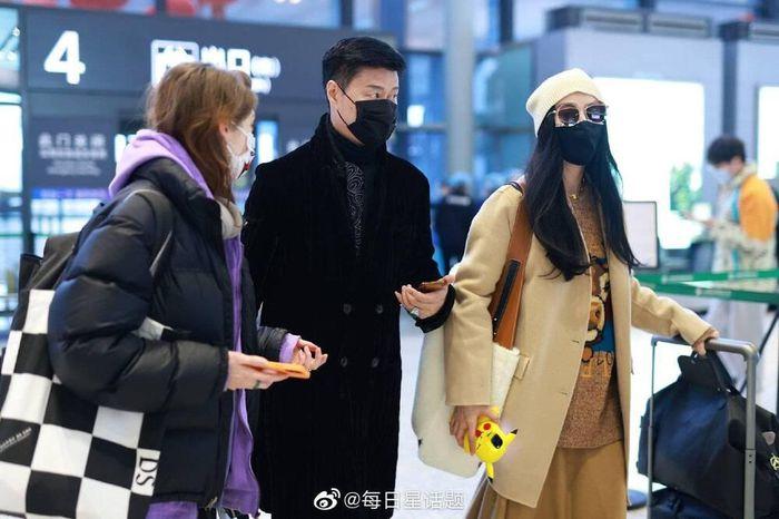 """Không còn tuềnh toàng như trước, Phạm Băng Băng ăn mặc thời thượng ngay từ style ra sân bay nhưng vẫn bị """"lu mờ"""" bởi người đàn ông bên cạnh - Ảnh 5."""