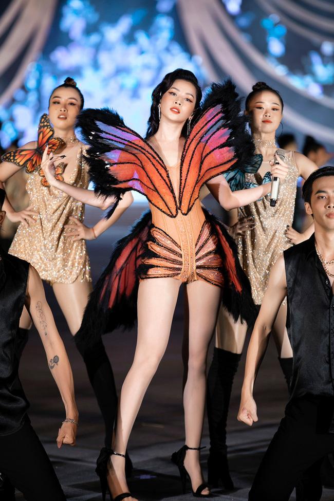 """Chi Pu từng bị chỉ trích vì đồ """"bướm đêm"""" nhạy cảm thì nay Phí Phương Anh cũng mặc tương tự - Ảnh 6."""