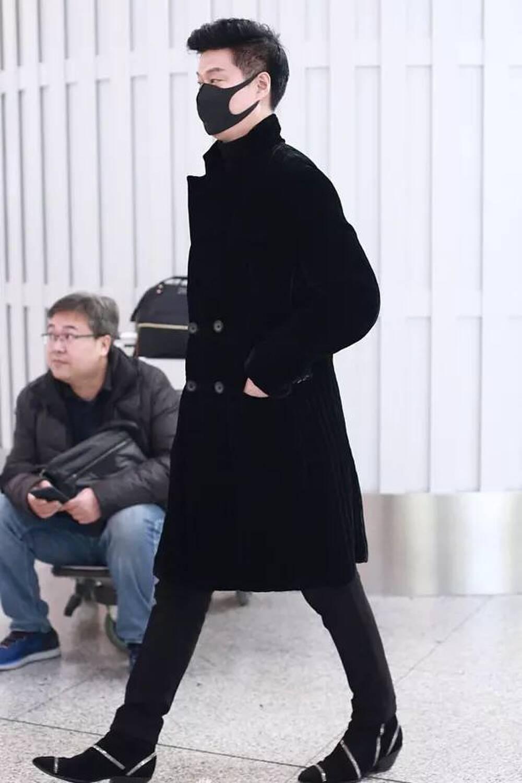 Từ khi tái xuất, Phạm Băng Băng đổi hẳn style ra sân bay: Ra dáng chị đại chứ không còn tuềnh toàng như trước - Mix & Phối 4