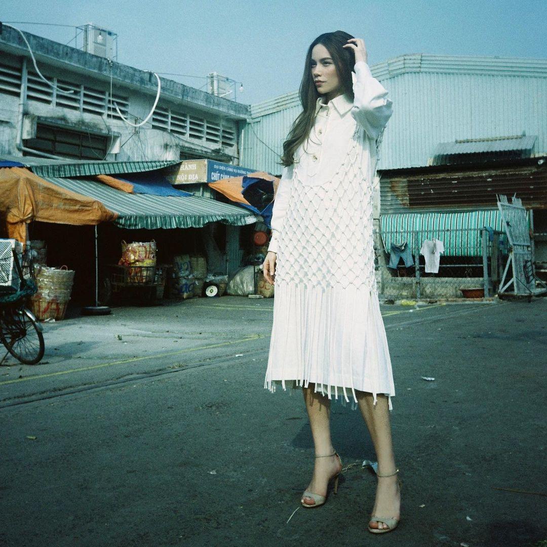 Style biến hóa khôn lường nhưng Hà Hồ bao năm cứ trung thành với một kiểu giày cao gót kéo chân vi diệu - Ảnh 1.