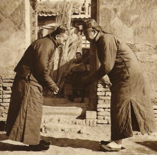 Loạt ảnh hiếm khắc họa rõ nét ngày Tết thời nhà Thanh: Người dân đi lại tấp nập khắp phố xá, pháo là thứ không thể thiếu trong ngày đầu năm - Ảnh 5.
