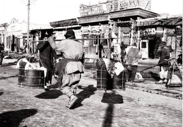 Loạt ảnh hiếm khắc họa rõ nét ngày Tết thời nhà Thanh: Người dân đi lại tấp nập khắp phố xá, pháo là thứ không thể thiếu trong ngày đầu năm - Ảnh 3.