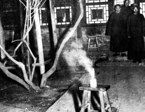 Loạt ảnh hiếm khắc họa rõ nét ngày Tết thời nhà Thanh: Người dân đi lại tấp nập khắp phố xá, pháo là thứ không thể thiếu trong ngày đầu năm - Ảnh 6.