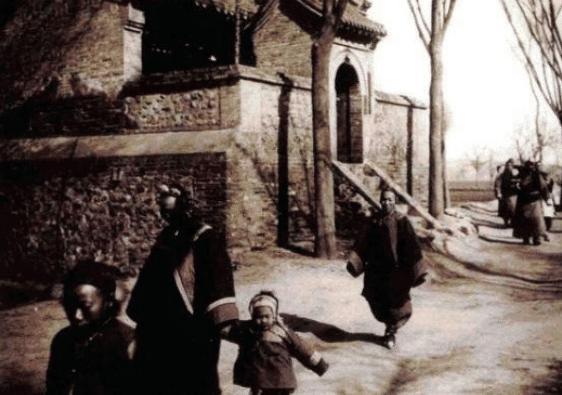 Loạt ảnh hiếm khắc họa rõ nét ngày Tết thời nhà Thanh: Người dân đi lại tấp nập khắp phố xá, pháo là thứ không thể thiếu trong ngày đầu năm - Ảnh 4.