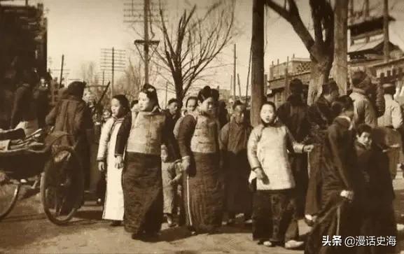Loạt ảnh hiếm khắc họa rõ nét ngày Tết thời nhà Thanh: Người dân đi lại tấp nập khắp phố xá, pháo là thứ không thể thiếu trong ngày đầu năm - Ảnh 1.