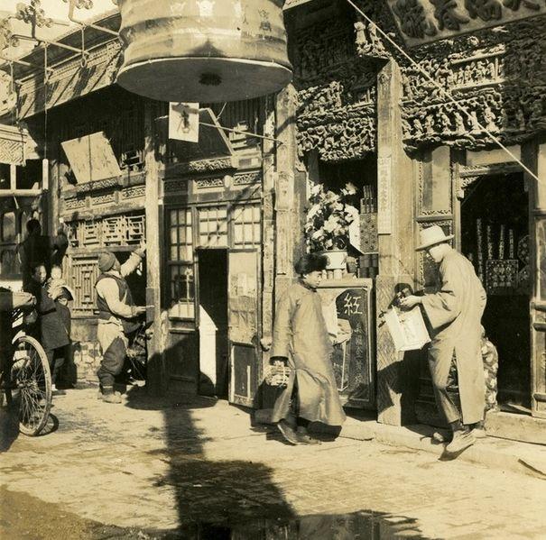 Loạt ảnh hiếm khắc họa rõ nét ngày Tết thời nhà Thanh: Người dân đi lại tấp nập khắp phố xá, pháo là thứ không thể thiếu trong ngày đầu năm - Ảnh 7.