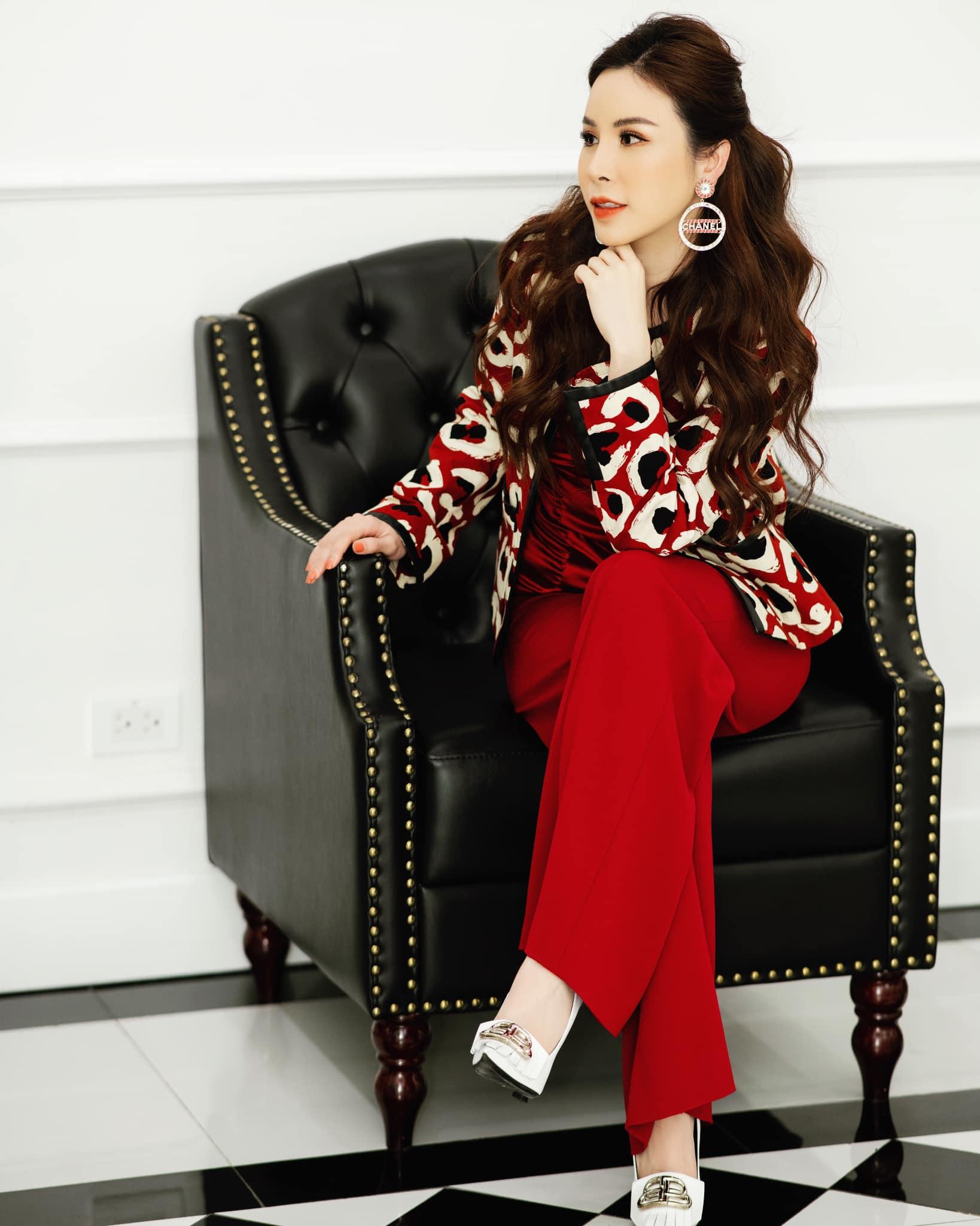 Sành hàng hiệu nhất nhì Vbiz, Hoa hậu Hoàng Dung lên đồ diện Tết với những outfit sang chảnh ngập tràn đồ hiệu - Ảnh 1.