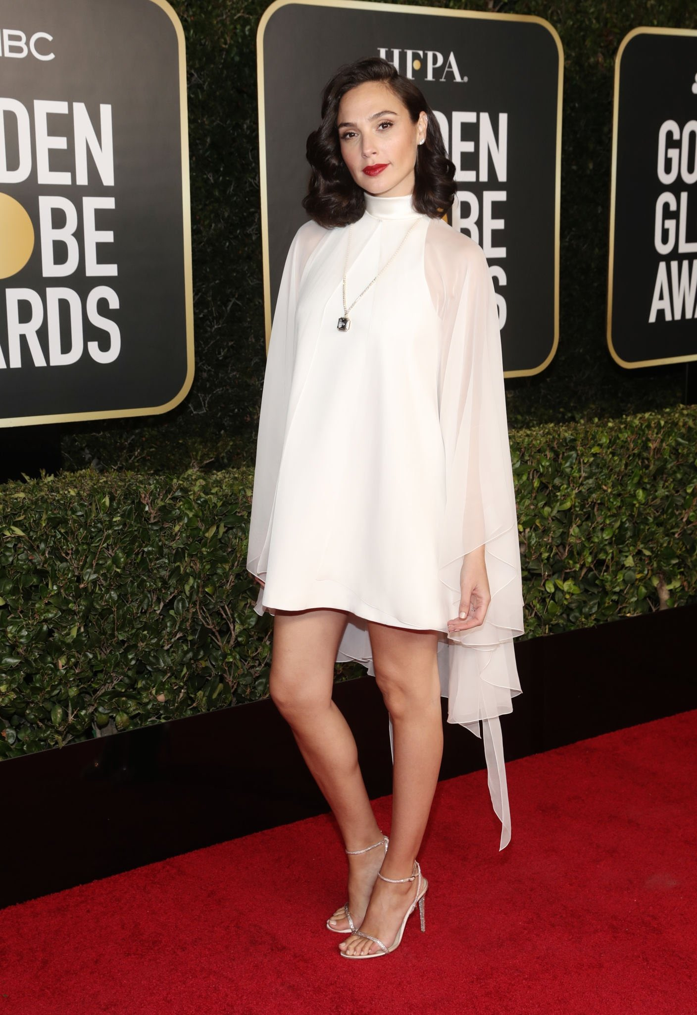 Thảm đỏ lạ nhất lịch sử Golden Globes: Harley Quinn dừ chát, Gal Gadot đẹp mê mẩn, nhìn Lily Collins còn choáng hơn - Ảnh 2.
