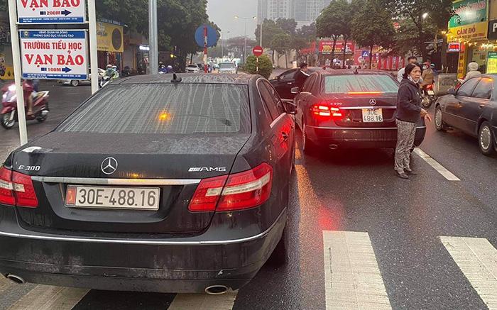 """Hai """"xế hộp"""" Mercedes cùng đời, cùng biển số lưu thông trên đường phố Hà Nội"""