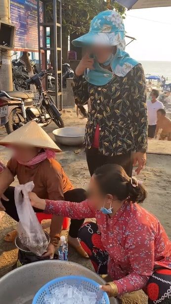 Mua 30 con ốc hương mà nặng đến 2,7kg ven bờ biển Vũng Tàu, thanh niên kiểm chứng bằng chai nước 500ml nhưng cân lại chỉ đến tận 1,2kg khiến ai nấy sốc nặng - Ảnh 3.