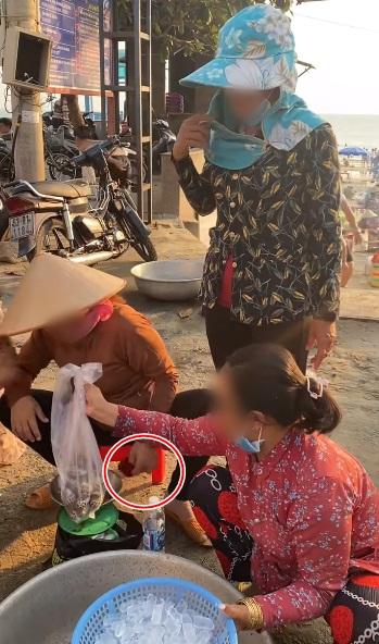 Mua 30 con ốc hương mà nặng đến 2,7kg ven bờ biển Vũng Tàu, thanh niên kiểm chứng bằng chai nước 500ml nhưng cân lại chỉ đến tận 1,2kg khiến ai nấy sốc nặng - Ảnh 4.