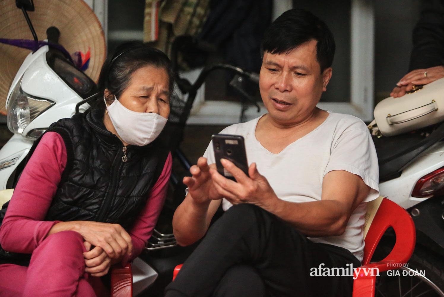"""Mẹ """"siêu anh hùng"""" cứu bé gái rơi từ tầng 13 chung cư xuống ở Hà Nội: """"Con về vội ôm hai đứa nhỏ khóc, hai hàng nước mắt tôi cứ chảy ra chứ chưa hiểu chuyện gì xảy ra"""" - Ảnh 4."""