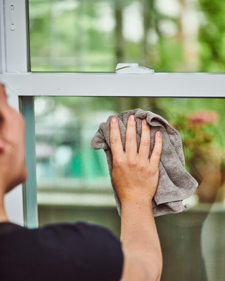 3 sai lầm khi vệ sinh cửa sổ khiến kính không sáng bóng sạch bong như mong đợi - Ảnh 3.