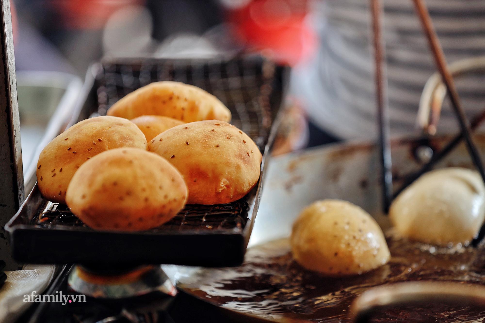 """Hàng bánh tiêu """"CHẢNH"""" nhất Việt Nam - """"mua được hay không là do nhân phẩm"""", dù chưa kịp mở cửa đã chính thức hết bánh khiến cả Vũng Tàu tới Sài Gòn phải xôn xao! - Ảnh 11."""