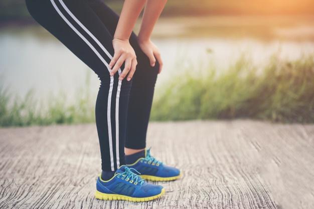 corredor-de-mulher-fitness-cansada-descansando-apos-execucao-rapida_1150-4210.jpg