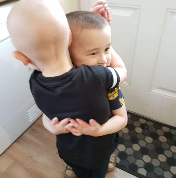 Nhìn bức ảnh hai anh em hôn nhau bình yên, không ai nghĩ rằng đó lại là bức ảnh của cậu em tự kỷ hôn anh trai đang bị ung thư não của mình - Ảnh 5.
