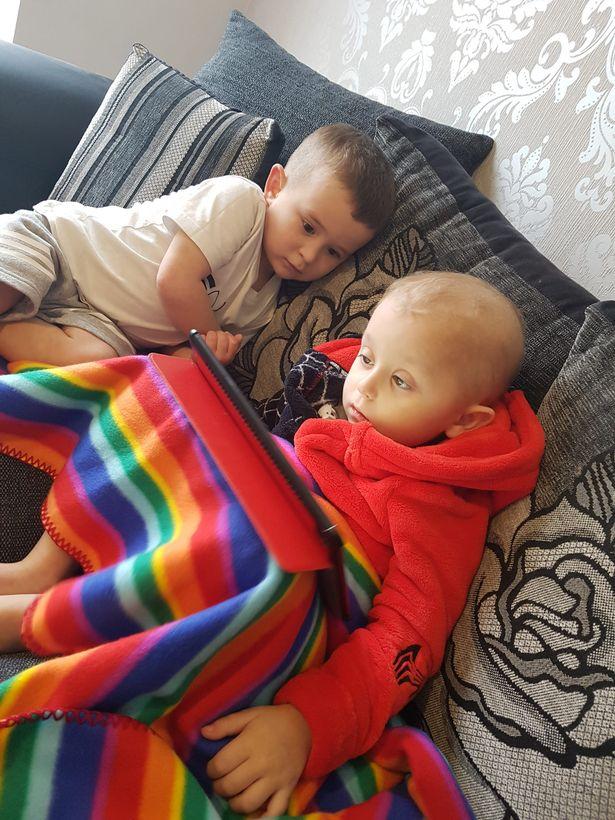 Nhìn bức ảnh hai anh em hôn nhau bình yên, không ai nghĩ rằng đó lại là bức ảnh của cậu em tự kỷ hôn anh trai đang bị ung thư não của mình - Ảnh 6.