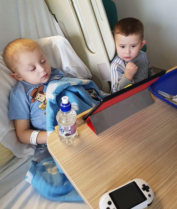 Nhìn bức ảnh hai anh em hôn nhau bình yên, không ai nghĩ rằng đó lại là bức ảnh của cậu em tự kỷ hôn anh trai đang bị ung thư não của mình - Ảnh 7.