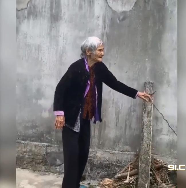 """Clip nghẹn ngào hình ảnh mẹ già 103 tuổi ra tiễn con gái 80 tuổi, run run nói: """"Lần này nữa thôi, lần sau về không còn mẹ"""" - Ảnh 4."""