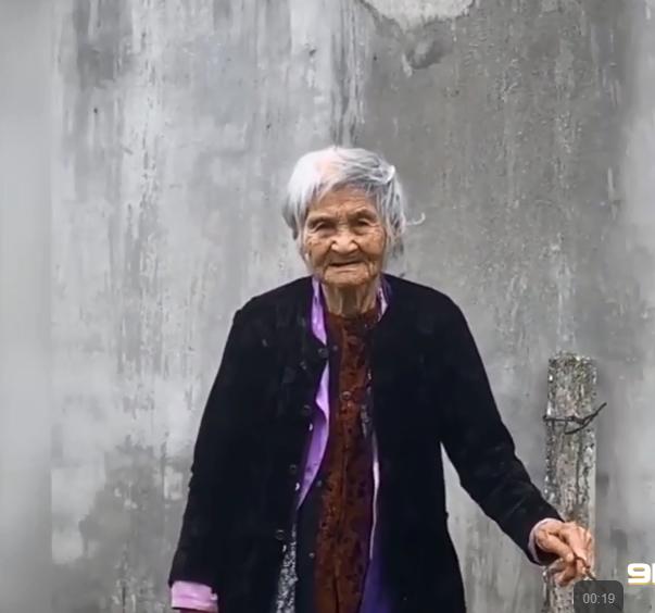"""Clip nghẹn ngào hình ảnh mẹ già 103 tuổi ra tiễn con gái 80 tuổi, run run nói: """"Lần này nữa thôi, lần sau về không còn mẹ"""" - Ảnh 2."""