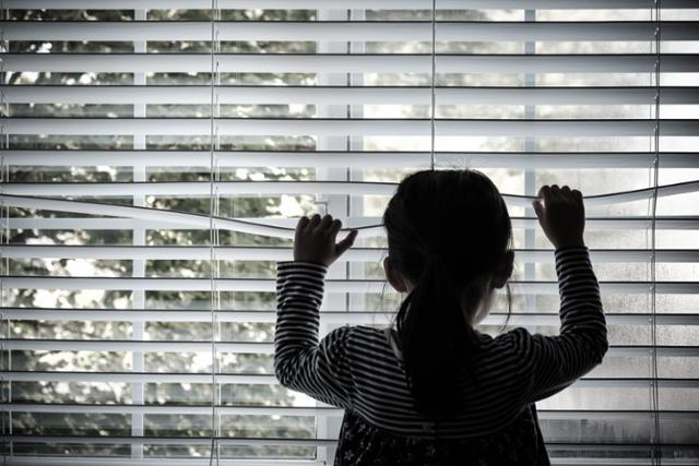 """Bé gái 3 tuổi bị mẹ bỏ rơi đến chết trong nhà, cảnh sát điều tra phát hiện """"cú twist"""" rằng đứa trẻ là con ruột của... bà ngoại em - Ảnh 2."""