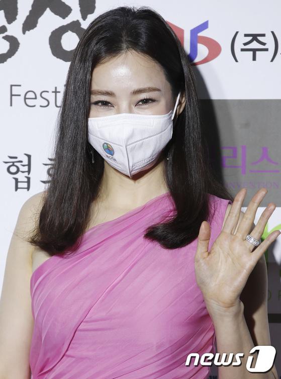 """Thảm đỏ quy tụ dàn sao Hàn cực """"hot"""": Nữ thần Yoona lộ nửa mặt vẫn xinh, Lee Kwang Soo (Running Man) tạo dáng """"tấu hài"""" - Ảnh 7."""